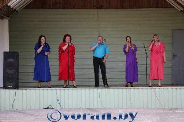 Народный ансамбль «Цветные сны» дал концерт на летней эстраде в Вороново (фоторепортаж)