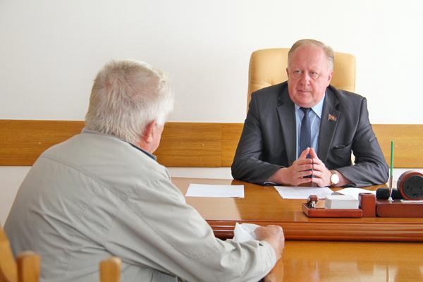 Прием граждан провел заместитель председателя облисполкома Виктор Лискович