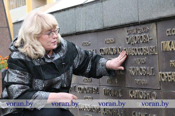 70 лет спустя… Внучка военной медсестры приехала в Вороново из Сибири, чтобы зажечь свечу памяти на могиле бабушки.
