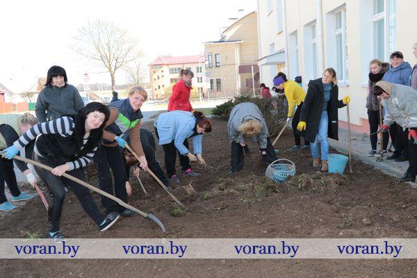 Не дожидаясь субботника многие трудовые коллективы Вороновщины приступили к наведению порядка