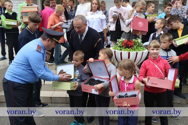 На этой неделе сотрудники Вороновского РОВД доставили ребятам из школы-интерната и социально-педагогического центра г.п. Радунь обещанные подарки
