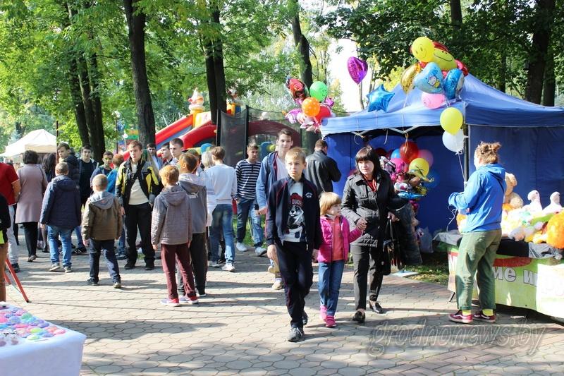Праздник красок, веселые опыты, прыжки «до неба». Яркий праздник развернулся в парке имени Жилибера для детей и их родителей