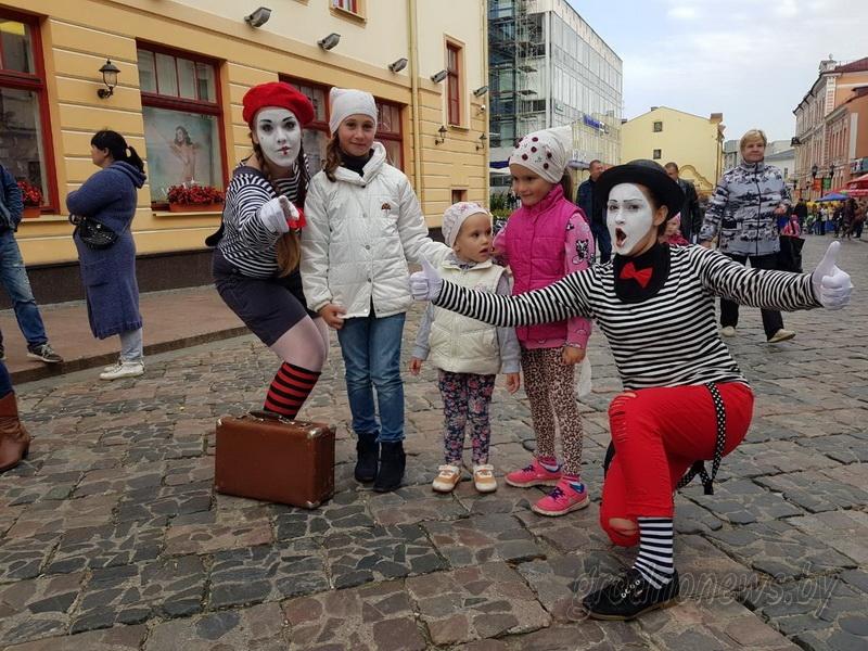 Арбат на Советской. На главной пешеходной улице собрались уличные актеры, музыканты и народные умельцы