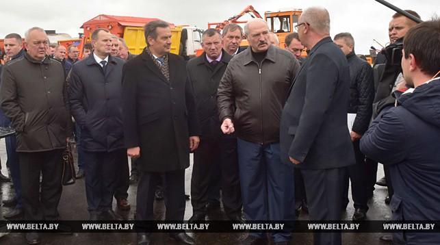 О местных дорогах, технике и мясопереработке: подробности поездки Лукашенко в Слуцкий район
