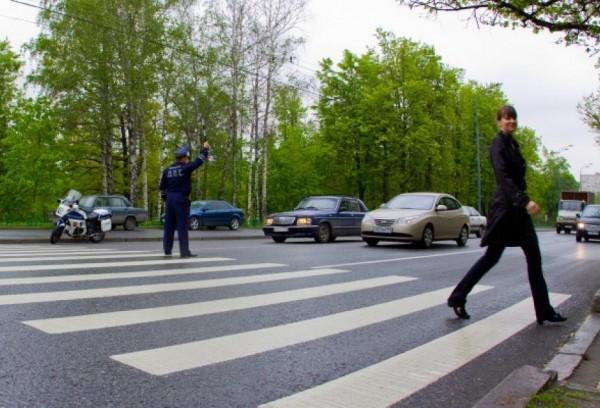 Водитель и пешеход, уважай пешеходный переход