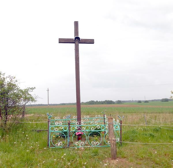 В аг. Вороновка поврежден поклонный крест