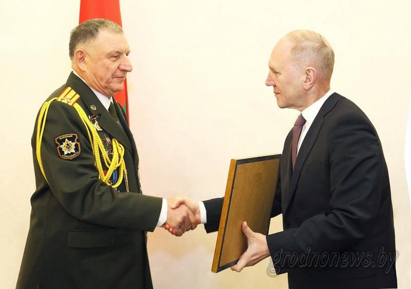 С юбилеем поздравили настоящего полковника. В облисполкоме чествовали председателя областного совета ветеранов Ивана Тустова