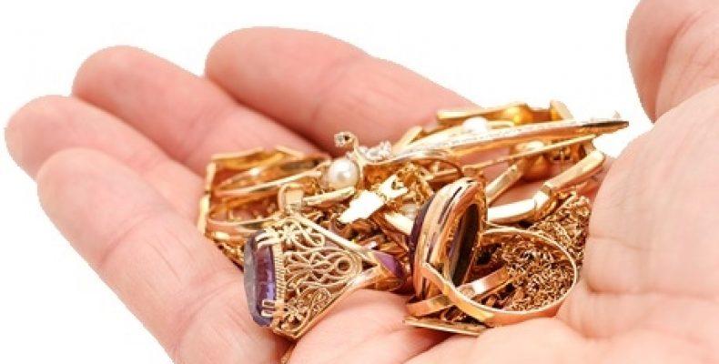 Золотые и серебряные украшения и куртка: в Слониме девушка обокрала хозяйку квартиры, у которой арендовала жилье