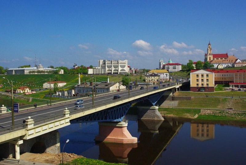 Водитель автобуса №21 в Гродно остановился на Старом мосту и прыгнул в реку