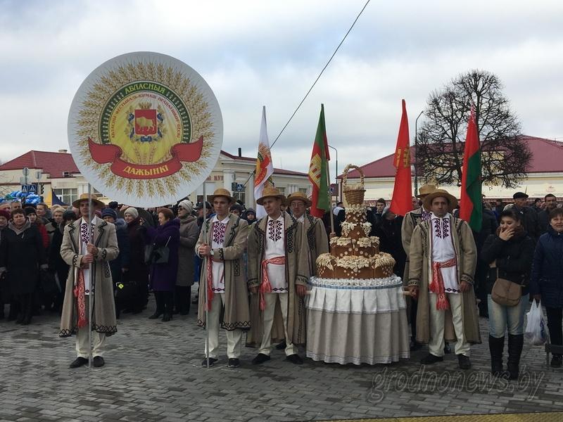 Торжественным шествием прошли главные герои «Дажынак-2017» – передовики жатвы (+Видео)