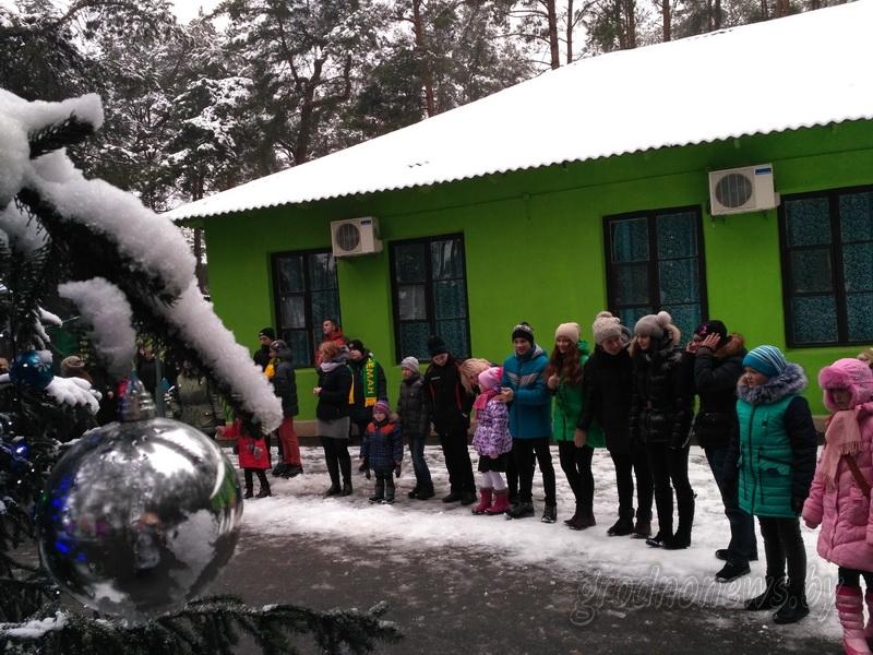 Праздник в сказочном поместье: сто ребят собрались на акцию «Наши дети» на берегу озера Юбилейного
