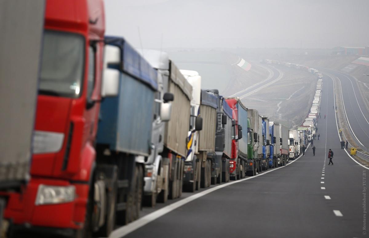 Более 1200 грузовиков стоит в очередях на выезд из Беларуси