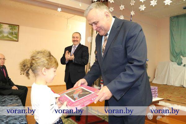 Новогодние подарки от Президента вручены воспитанникам Радунской школы-интерната