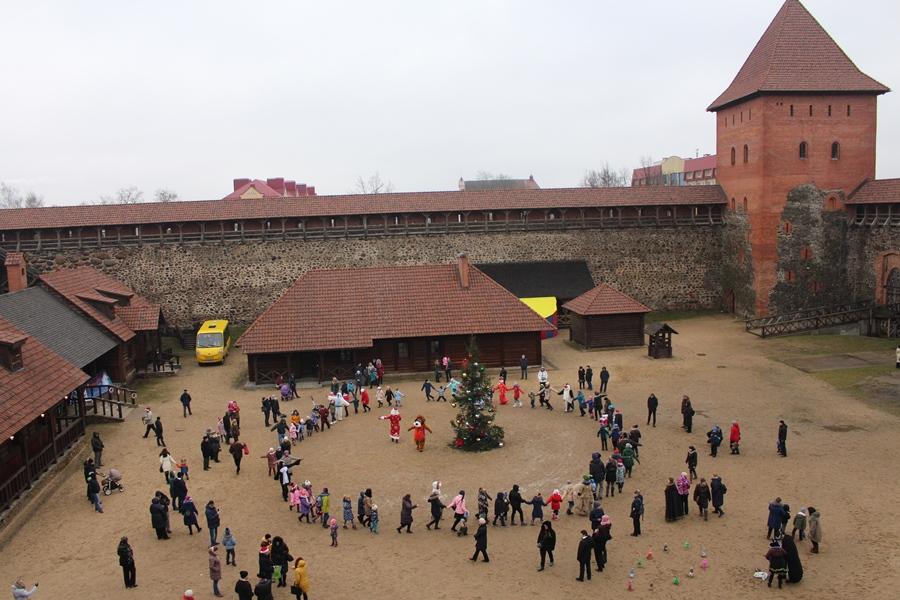 В площадку веселья и радости превратился Лидский замок. Здесь прошла музыкально-развлекательная программа для всей семьи