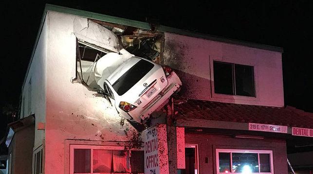 Фотофакт: Автомобиль влетел на второй этаж дома
