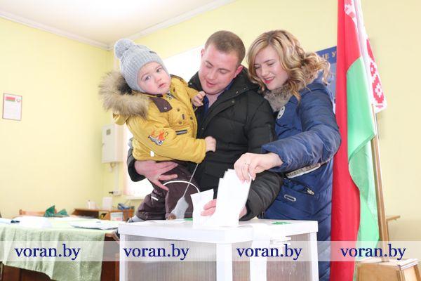 На выборы — всей семьей. Молодые пары Вороновщины активно участвуют в избирательной кампании