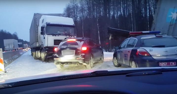 На М6 столкнулись две фуры, полностью заблокировав движение (+Видео)