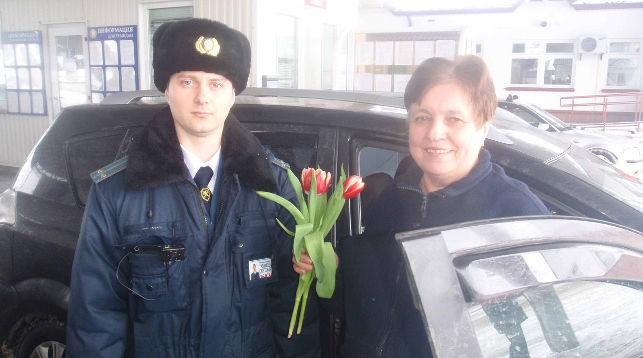 Гродненские таможенники в пунктах пропуска дарили пересекающим границу женщинам цветы