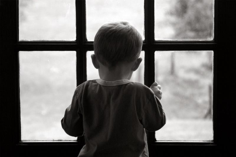 Полураздетый и босиком – в Лиде малыш ушел из дома, пока родители спали. Его нашли прохожие, но мать от сына открестилась