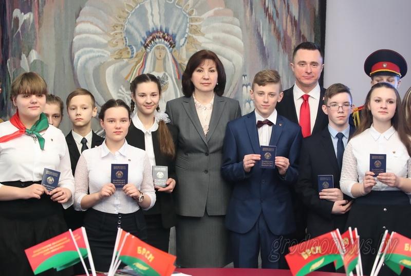 «Вы – будущее нашей страны». Глава Администрации Президента Наталья Кочанова вручила паспорта юным гражданам Беларуси