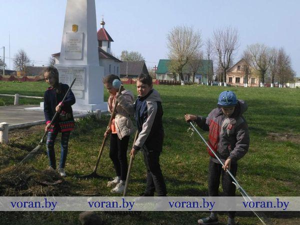 Радунская СШ Уборка братской могилы