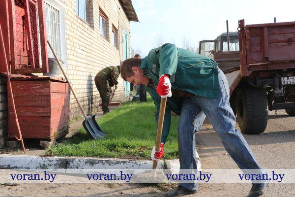Вороновская сельхозтехника вышла на субботник