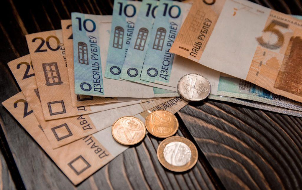 Средняя зарплата в Беларуси в марте увеличилась до 926,8 рубля