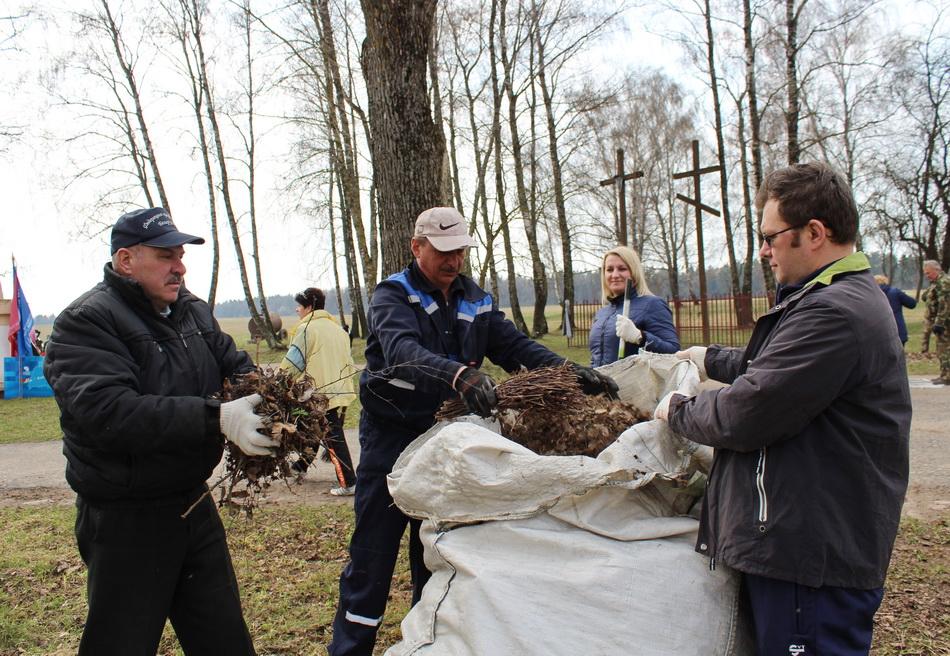 Профсоюзы Гродненщины благоустроили территорию мемориального комплекса «Шауличи» Волковысского района