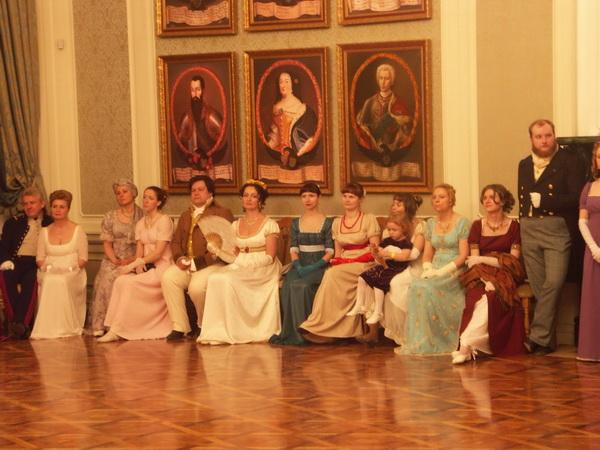 Весенний бал в Мирском замке: дамы в платьях XIX века, кавалеры в строгих костюмах