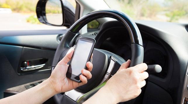 ГАИ усилила контроль за водителями, говорящими по телефону за рулем