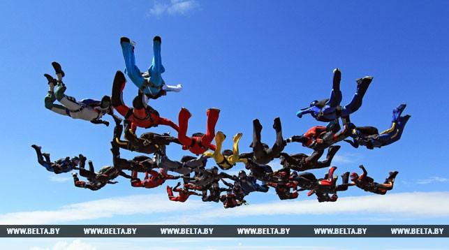 Свыше 100 парашютистов в Гродно посоревнуются в приземлениях на точность