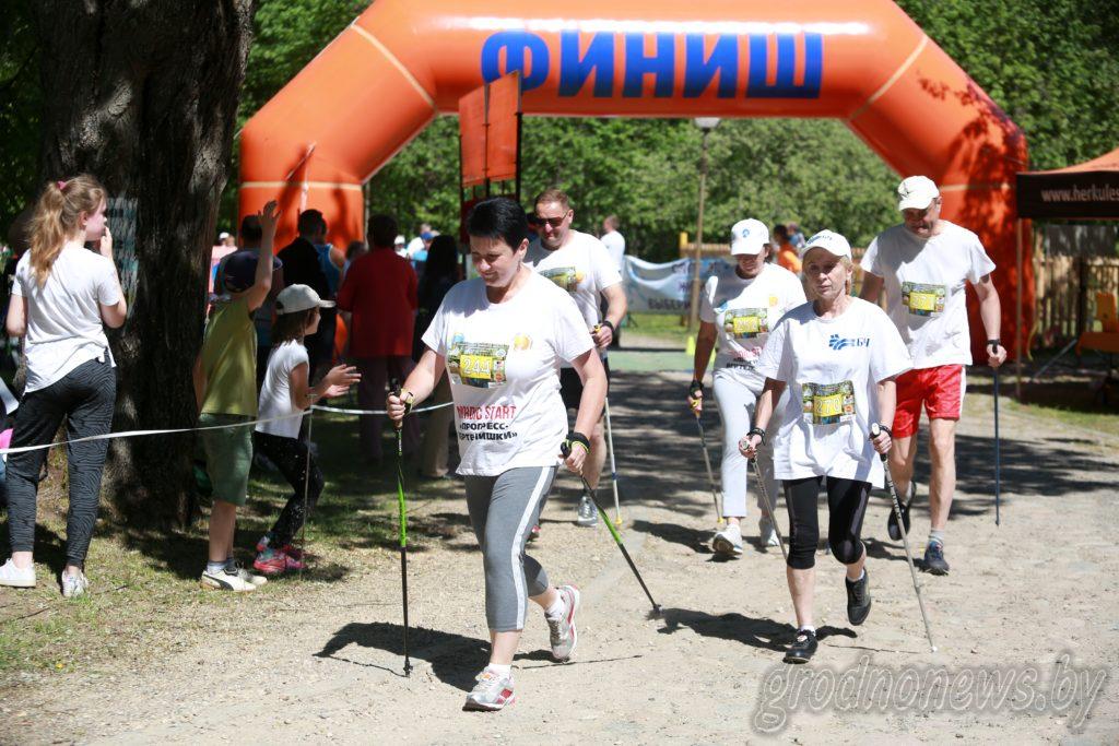 40 километров пешком и 300 человек на старте. На Августовском канале проходит фестиваль скандинавской ходьбы «Крочым разам»