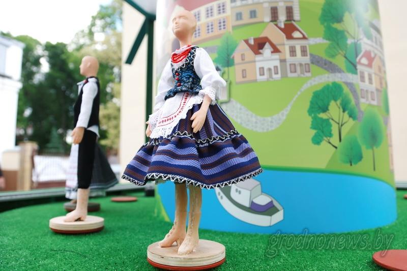 Во дворе Гродненского театра кукол собирают фестивальную диораму
