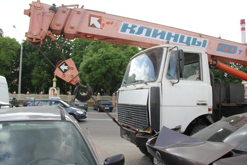 В Лиде автокран протаранил 12 автомобилей