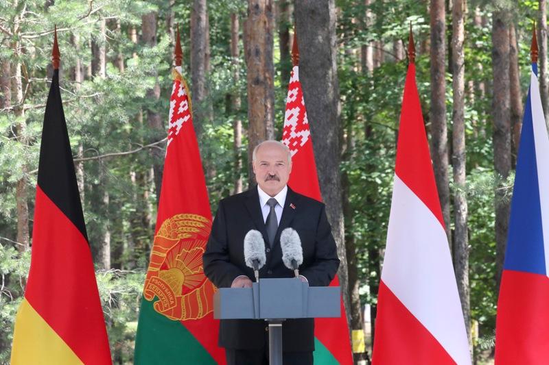 Александр Лукашенко с президентами Германии и Австрии посетил мемориальный комплекс «Тростенец»
