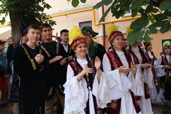 Гран-при фестиваля – хрустальный семицветик – у казахского подворья