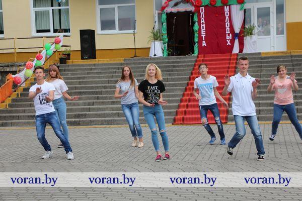 Весело и креативно в Жирмунах отметили День молодежи (Фото, Будет дополнено)