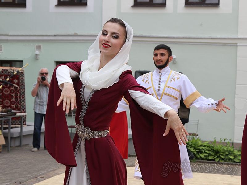 Люля-кебаб, серебряные кинжалы и лезгинка. Чем удивляли на азербайджанском, дагестанском и многонациональном подворьях