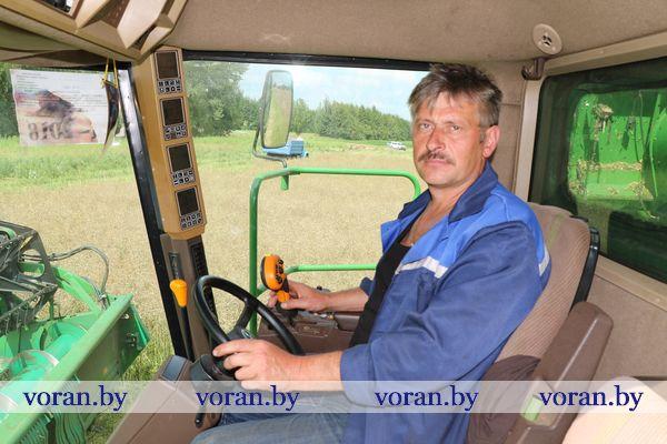Хлеборобы Зельвенского и Вороновского районов — лидеры уборочной в области