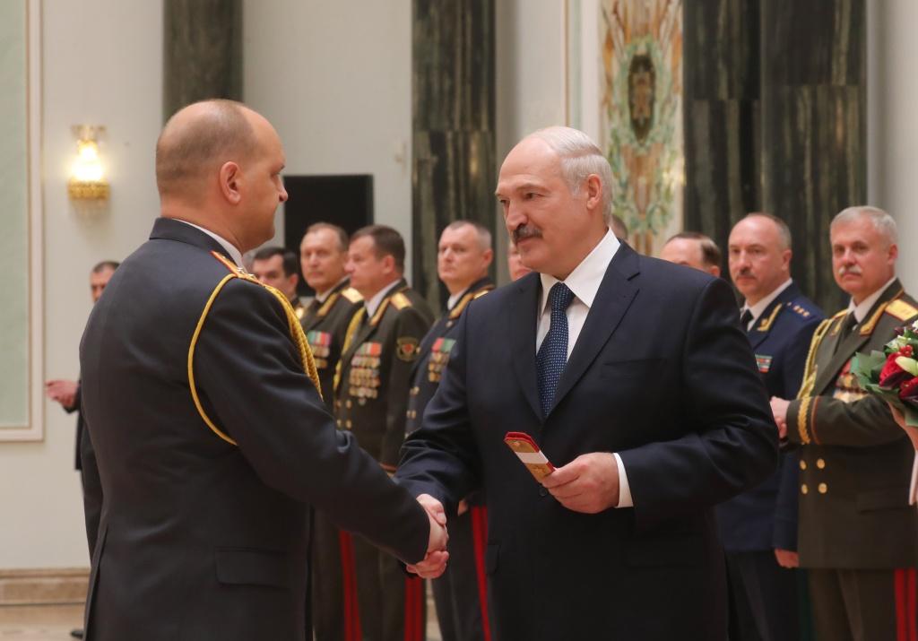 Александр Лукашенко вручил генеральские погоны высшему офицерскому составу