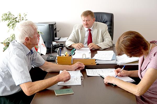 В Вороново 24 августа прием граждан и одновременно «прямую линию» провел первый заместитель председателя Комитета государственного контроля Гродненской области Александр Садовничий.
