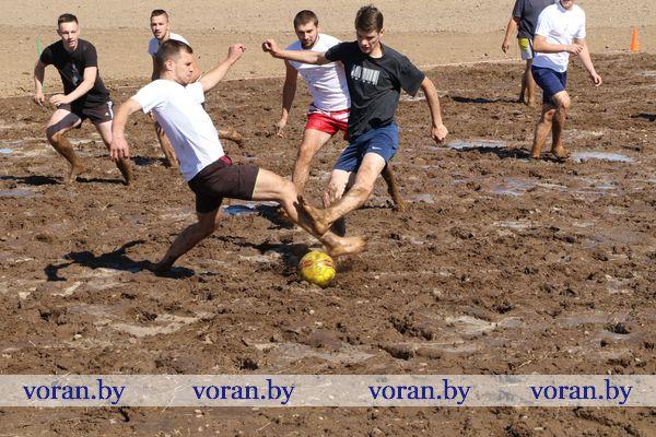 В Вороново впервые прошел молодежный чемпионат по болотному футболу