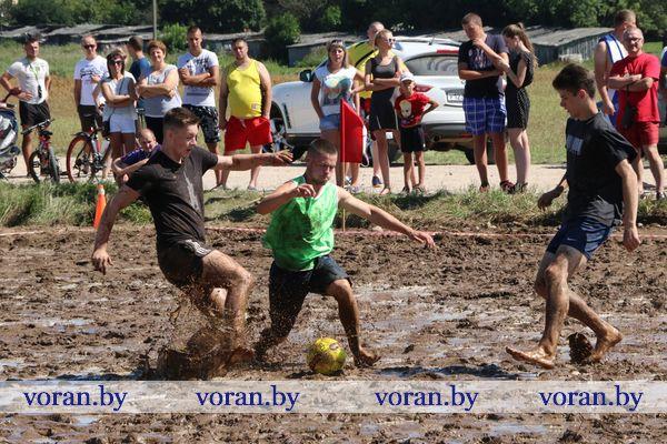 В Вороново играли в болотный футбол (Видео)