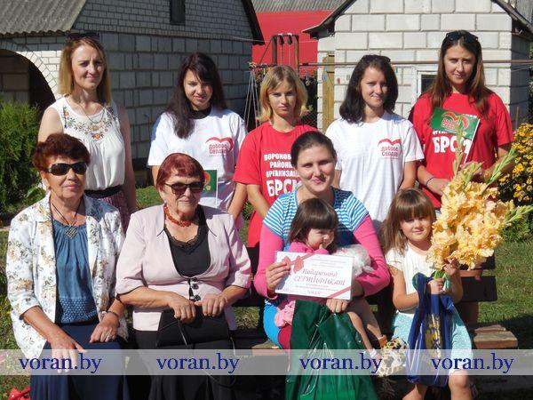 Вороновские активисты помогают собрать детей в школу