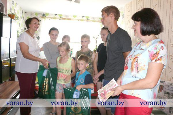 «Профсоюзы — детям». К благотворительной акции под таким названием подключилось районное объединение профсоюзов, чтобы помочь вороновчанам в сборе детей в школу.