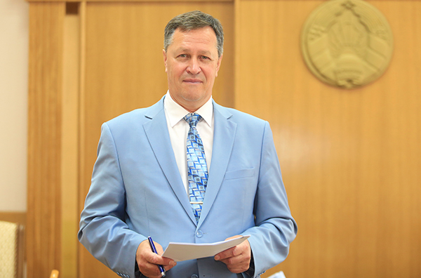 Решать насущные вопросы. Субботнюю прямую линию провел управляющий делами облисполкома Игорь Попов