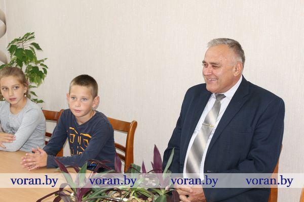 Тяжеловесный школьный портфель ребятам из Радунского СПЦ помог собрать глава Вороновского района