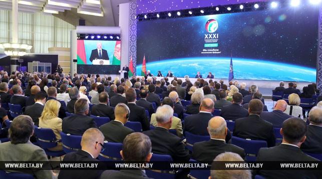 Александр Лукашенко отмечает уверенное развитие космической отрасли в Беларуси
