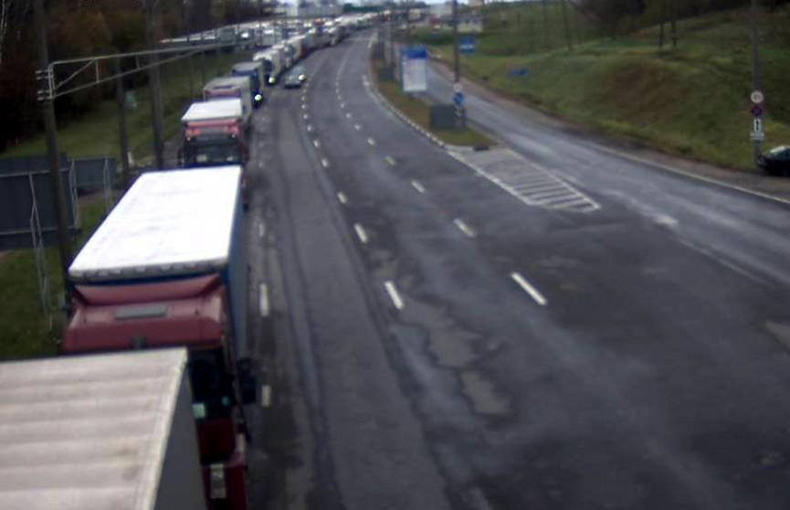 На границе с Литвой и Латвией скопились очереди из грузовиков