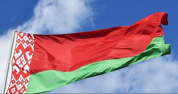 Флаг Беларуси развевается сегодня среди других флагов у Триумфальной арки в Париже